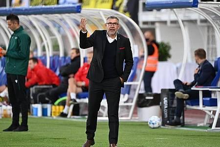 Unions Trainer Urs Fischer muss nun nach dem deutlichen Hinspiel-Ergebnis die Spannung in der Mannschaft weiter hoch halten. Foto: Matthias Koch/dpa
