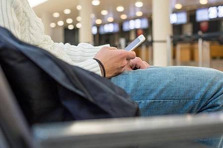 Wo es welche Flughafen-WLAN-Netze gibt und wie deren Passwörter lauten, das verrät eine Karte, die der Reiseblog «Foxnomad.com» veröffentlicht hat. Foto: Christin Klose/dpa-tmn/Illustration