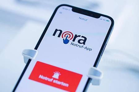Die App Nora ist eine Ergänzung zu den Notrufnummern 110 und 112 und richtet sich vor allem an Menschen mit einer Hör- und Sprachbehinderung. Foto: Rolf Vennenbernd/dpa