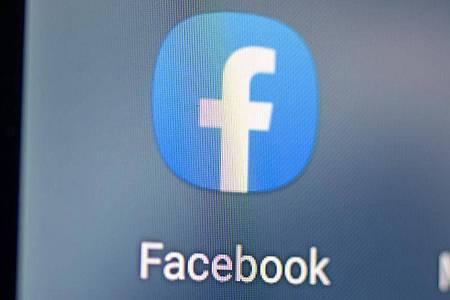Millionen Menschen informieren sich täglich bei Internet-Platformen wie Facebook. Foto: Fabian Sommer/dpa