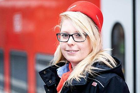 Mit Fahrgastrechten kennt sie sich aus: Sarah Thieme absolvierte eine Ausbildung zur Kauffrau für Verkehrsservice. Foto: Zacharie Scheurer/dpa-tmn