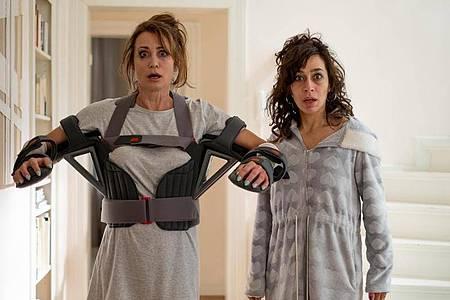 Konstanze (Anja Kling, l) und Jackie (Carol Schuler) könnten unterschiedlicher kaum sein. Foto: Jonathan Ibeka/W&b Television/ZDF/dpa