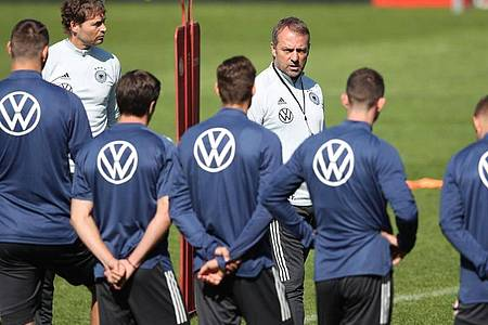 Ohne Kapitän Manuel Neuer und Thomas Müller musste Bundestrainer Hansi Flick das finale Training für das Liechtenstein-Spiel abhalten. Foto: Tom Weller/dpa