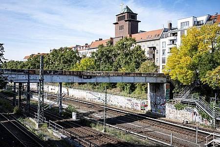 Die Brücke mit der beschädigten Stromleitung nahe der S-Bahn-Station Schönhauser Allee in Berlin. Foto: Fabian Sommer/dpa