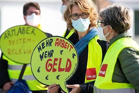 Beschäftigte des öffentlichen Dienstes machen bei einer Demonstration in Berlin auf die Forderungen der Gewerkschaften aufmerksam. Foto: Bernd von Jutrczenka/dpa