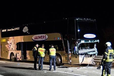 Der beschädigte Reisebus steht nach dem Unfall mit demGeisterfaherer auf der Autobahn 61. Foto: Michael Ehresmann/Kreuznach112/dpa