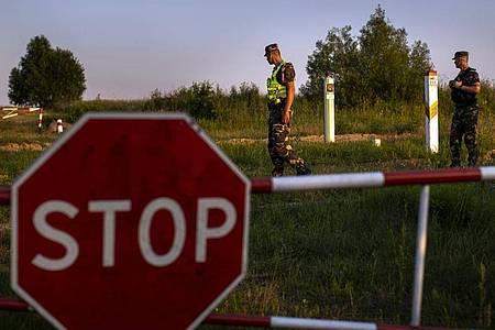 An der Grenze zwischen Litauen und Belarus soll bald ein Stacheldrahtzaun stehen. Foto: Mindaugas Kulbis/AP/dpa