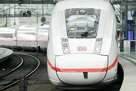 Ein ICE steht an einem Bahnsteig im Berliner Hauptbahnhof. Foto: Carsten Koall/dpa