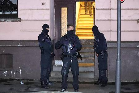 Polizeikräfte vor einem Haus in Wuppertal. Foto: Christoph Petersen/dpa