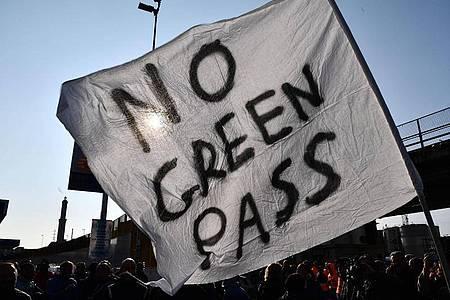 Angestellte des Hafenterminals Psa von Genua protestieren gegen die neuen Corona-Vorgaben in Italien. Foto: Luca Zennaro/ANSA via ZUMA Press/dpa