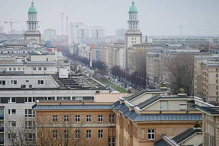 Ein Blick über die Karl-Marx-Allee in Berlin. Der Mietendeckel tritt am morgigen Sonntag in Kraft. Foto: Annette Riedl/dpa