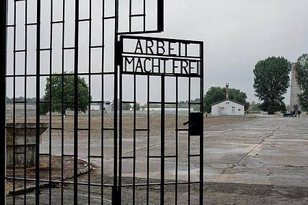 """Das Eingangstor mit dem Schriftzug """"Arbeit macht frei"""" im ehemaligen Konzentrationslager Sachsenhausen. Foto: Kristin Bethge/dpa-Zentralbild/dpa"""