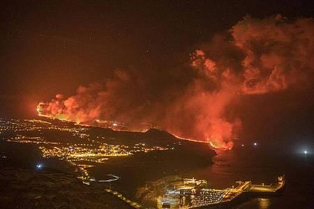 Die Lava aus dem Vulkan auf La Palma strömt ins Meer. Foto: Saul Santos/AP/dpa