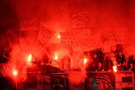 Fans von Marseille zünden Pyrotechnik während des Spiels in Angers. Nach dem Spiel gingen die Anhänger beider Clubs aufeinander los. Foto: Jean-Francois Monier/AFP/dpa
