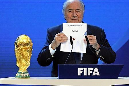 Der damalige FIFA-Präsident Joseph Blatter gibt 2010 die Vergabe der WM 2022 an Katar bekannt. Foto: Walter Bieri/KEYSTONE/dpa