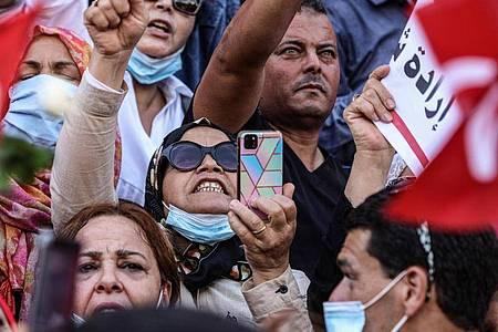 Menschen unterstützen den tunesischen Präsidenten Saied mit einer Demonstration in Tunis. Foto: Khaled Nasraoui/dpa