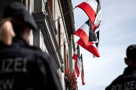 Reichsfahnen in Dortmund-Dorstfeld. Aufklärung über Rassismus ist in Deutschland dringend erforderlich - zu diesr Einschätzung kommt der Anti-Diskriminierungs-Ausschuss des Europarates. Foto: Fabian Strauch/dpa