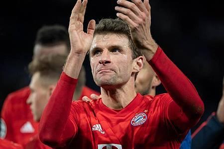 Hat beim FC Bayern München bis 2023 verlängert: Thomas Müller applaudiert. Foto: Sven Hoppe/dpa