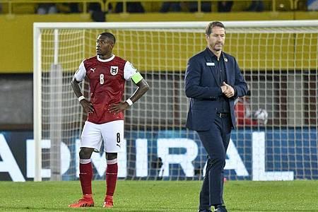 David Alaba (l) und Trainer Franco Foda stehen nach dem verlorenen Spiel auf dem Platz. Foto: Herbert Neubauer/APA/dpa