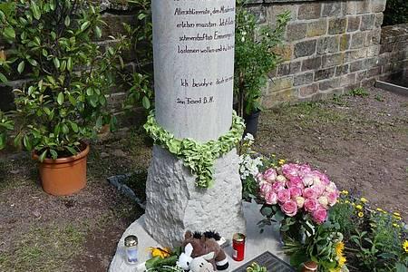 Eine Gedenkstele am Eingang des Friedhofs der katholischen Kirchengemeinde in Schwalbach erinnert an das ungeklärte Schicksal von Pascal. Foto: -/Rolf Hoessner/dpa
