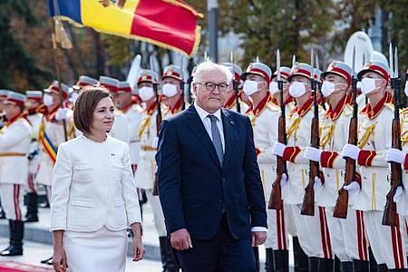 Bundespräsident Frank-Walter Steinmeier wird von Maia Sandu, Präsidentin der Republik Moldau, an ihrem Amtssitz mit militärischen Ehren begrüßt. Foto: Bernd von Jutrczenka/dpa