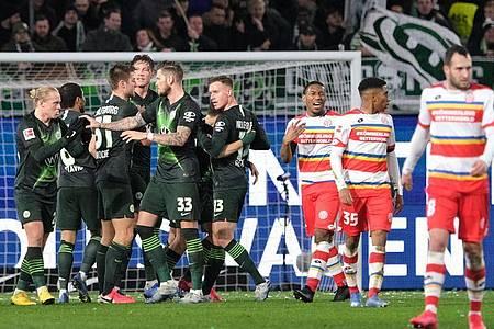 Wolfsburgs Josip Brekalo (verdeckt) bejubelt sein Tor zum 1:0 gegen den FSV Mainz 05 mit seinen Mannschaftskollegen. Foto: Peter Steffen/dpa