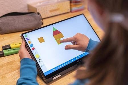 Bei manchen Apps - hier «Pattern Shapes» - lassen sich spielerisch verschiedene Unterrichtsfächer verknüpfen. Foto: Florian Schuh/dpa-tmn