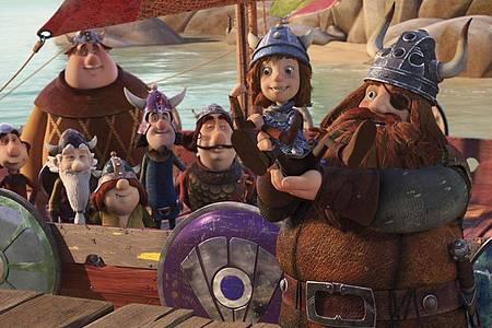 """Wickie (2.v.r.) und sein Vater Halvar (r) mit seiner Crew in einer Szene des Films """"Wickie und die starken Männer - Das magische Schwert"""". Foto: -/Leonine Distribution /dpa"""