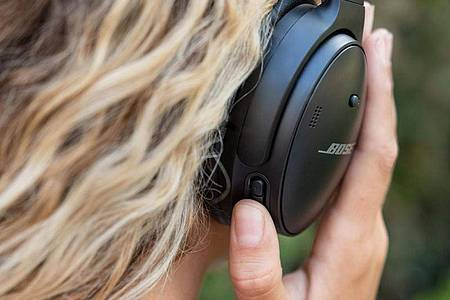 No Touch: Bose bleibt auch beim neuen QC 45 der klassischen Knopfbedienung treu. Foto: Bose/dpa-tmn