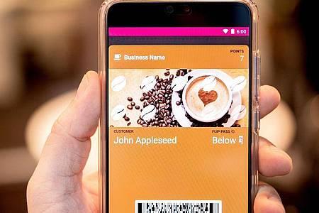 Virtuelle Kundenkarte für einen Kaffeeladen in der App Walletpasses. Foto: Zacharie Scheurer/dpa-tmn