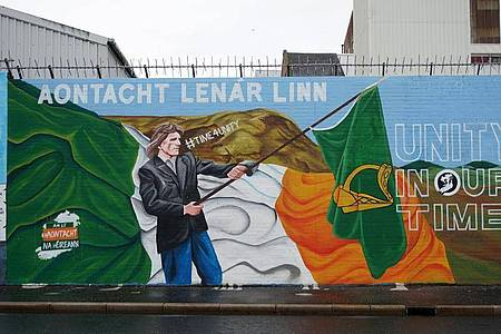 Ein Graffiti an einer der Peace Walls (Friedensmauern) wirbt für eine Wiedervereinigung Nordirlands mit der Republik Irland. Foto: Larissa Schwedes/dpa