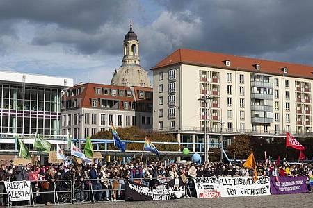 Zahlreiche Gegendemonstranten haben sich zum Jahrestag der Pegida-Bewegung in Dresden versammelt. Foto: Matthias Rietschel/dpa-Zentralbild/dpa
