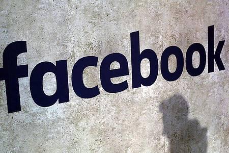 Die Zahl täglich bei Facebook aktiver Nutzer stieg binnen drei Monaten von 1,91 auf 1,93 Milliarden. Foto: Thibault Camus/AP/dpa