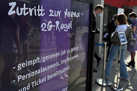 Hinweisschild bei einem Basketball-Bundesligaspiel der BG Göttingen. Foto: Swen Pförtner/dpa