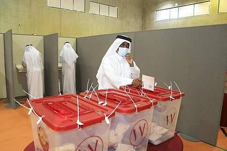 Stimmabgabe in einem Wahllokal in Doha. Foto: Hussein Sayed/AP/dpa