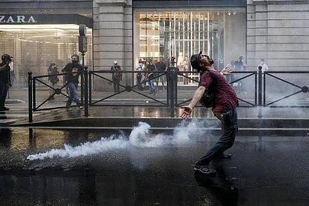 Ein Demonstrant in Rom stört sich nicht am Tränengas. Foto: Cecilia Fabiano/LaPresse via ZUMA Press/dpa