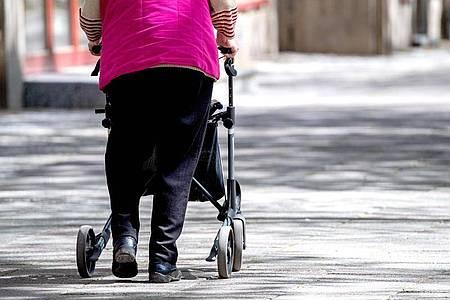 Ältere Menschen haben oft mit geschwollenen Füßen und Beinen zu kämpfen. Foto: Zacharie Scheurer/dpa-tmn/Illustration