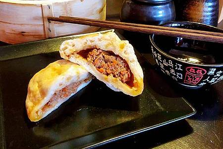 Jiaozi können mit unterschiedlichen Zutaten gefüllt werden. Wichtig für die Füllung ist eine feine Textur. Foto: Alexander von Kleist/dpa-tmn