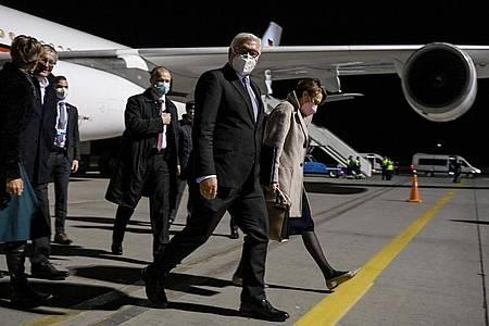 Bundespräsident Frank-Walter Steinmeier und seine Frau Elke Büdenbender kommen am Flughafen Boryspil in Kiew an. Foto: Britta Pedersen/dpa-Zentralbild/dpa