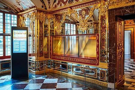 Die ausgeraubte Vitrine im Juwelenzimmer des Historischen Grünen Gewölbes im Residenzschloss in Dresden im Mai vergangenen Jahres. Foto: Oliver Killig/dpa-Zentralbild/dpa