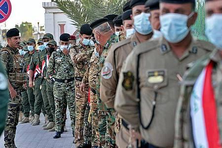 Vor den Wahllokalen bilden sich teils lange Schlangen. Foto: Nabil Al-Jurani/AP/dpa