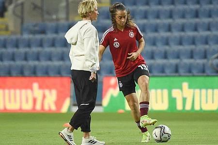 Der Fußball sei «noch sehr in sich männerorientiert», sagt Frauen-Bundestrainerin Martina Voss-Tecklenburg (l). Foto: Berney Ardov/dpa