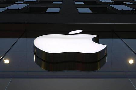 Im Streit um die finanziellen Rahmenbedingungen im Apple App Store kommt der iPhone-Konzern den Anbietern von Medien-Apps entgegen. Foto: Matthias Schrader/AP/dpa