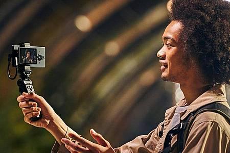 Für Vlogger: Als Video-Zubehör für das Xperia Pro-I listet Sony sowohl einen Monitor zur Bildkontrolle für die Smartphone-Rückseite als auch einen Bluetooth-Handgriff mit Steuerelementen (jeweils 199 Euro). Foto: Sony/dpa-tmn