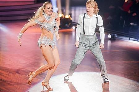 John Kelly und Regina Luca tanzen in der RTL-Tanzshow «Let`s Dance». Foto: Rolf Vennenbernd/dpa