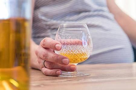 Finger weg vom Hochprozentigen: Schwangere sollten komplett auf Alkohol verzichten. Foto: Christin Klose/dpa-tmn