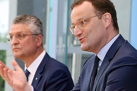 Jens Spahn, Bundesgesundheitsminister, und Lothar Wieler, Präsident des Robert-Koch-Instituts, beantworten während einer Pressekonferenz Fragen. Foto: Wolfgang Kumm/dpa