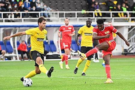 Unions Taiwo Awoniyi (r) trifft in der 31. Spielminute zum 3:0 aus Berliner Sicht - die Vorentscheidung. Foto: Matthias Koch/dpa