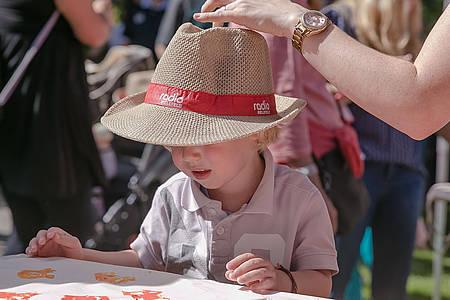 Kind beim Wackelpeter mit Strohhut von Radio Bielefeld
