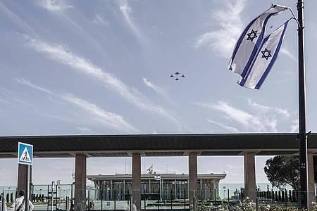 Kampfjets der deutschen und der israelischen Luftwaffe fliegen über Jerusalem. Foto: Nir Alon/ZUMA Press Wire/dpa